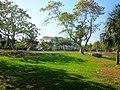 Area Verde y al fondo Edificio de Enfermería Militar. - panoramio.jpg