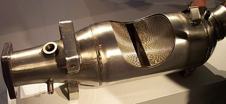 Cutaway view of a metal-core catalytic converter Aufgeschnittener Metall Katalysator fur ein Auto.jpg
