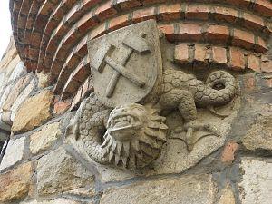 Hammer and pick - Image: BBI Verwaltungsgebäude Wackersdorf Gebäudedetail