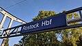 Bahnhofsschild Rostock Hbf 181005.jpg