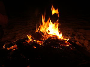 English: campfire with potatoes עברית: מדורה ב...