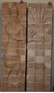 Homme-taureau protégeant un palmier. Panneau de briques moulées, terre cuite, période shutrukide. Trouvé sur le tell de l'Apadana, emplacement de l'ancien temple d'Inshushinak