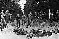Немецкие солдаты и представители министерства пропаганды осматривают тела погибших в результате Бромбергского погрома.