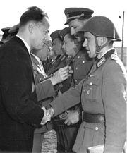 Bundesarchiv Bild 183-85890-0002, Berlin, Mauerbau, Bereitschaftspolizei, Besuch LDPD