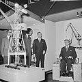 Burgemeester Thomassen (r.) terwijl hij het schaalmodel van een havenkraan uitpr, Bestanddeelnr 918-4373.jpg