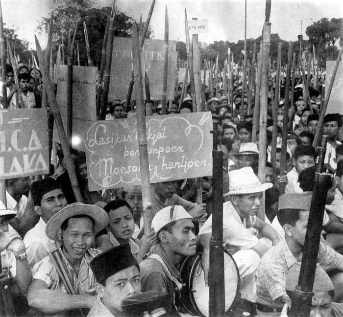 COLLECTIE TROPENMUSEUM 'Javaanse Revolutionairen strijden voor onafhankelijkheid. Ze zijn voor het merendeel bewapend met bamboesperen de enkele geweren zijn afkomstig van Japanners' TMnr 10001495