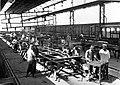 COLLECTIE TROPENMUSEUM Arbeiders aan het werk in de fabriekshal van een metaalconstructie bedrijf van de spoorwegen op Java. TMnr 60011474.jpg