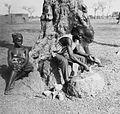 COLLECTIE TROPENMUSEUM Een Samo man voert een ritueel uit ten behoeve van een voorspoedige bevalling TMnr 20010338.jpg