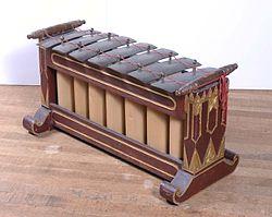 COLLECTIE TROPENMUSEUM Metallofoon bestaande uit zeven toetsen en een onderstel onderdeel van gamelan Slendro TMnr 500-1.jpg