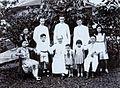 COLLECTIE TROPENMUSEUM Portret van een viertal missionarissen van de MSF met een familie in de tuin Borneo TMnr 60051427.jpg
