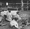 COLLECTIE TROPENMUSEUM Vrouwen batikken met de waspen of canting TMnr 60037171.jpg