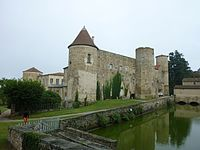 Château de Ravel-East wing and entrance (1).jpg