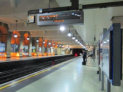Circle Line platform at Gloucester Road station Nov 2011