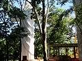 Cristo Salvador de Sertãozinho, em construção. Içamento para o pedestal da estátua do Cristo que pesa 40 toneladas e mede 18 metros de altura em 24 de abril de 2013. Início do içamento às 11.30 da - panoramio.jpg