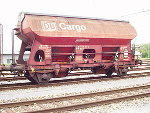Wagon with opening roof - Tdgs: UIC standard wagon with opening roof and controllable, side, gravity discharge for the transport of foodstuffs (sugar)