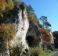 Das Dorf Loch hat seinen Namen hat von diesem Scheunentor-großem Loch in der Felswand. - panoramio.jpg