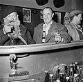 De twee mannen drinkend aan de bar, Bestanddeelnr 252-9496.jpg
