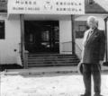 Dr. Dillman S. Bullock frente a su Museo.png