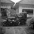 Een motor en een jeep in de regen, Bestanddeelnr 255-8202.jpg