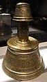 Egitto, candelabro col nome di un segretario, 1390-1500 ca., ottone incrostato d'oro, argento e pasta nera.JPG
