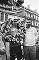 Eindwinnaar Cees Priem met ploegleider Piet Liebregts (r), Bestanddeelnr 924-5501.jpg