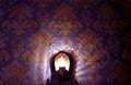 Eingangsbereich im Kino im Sprengel in der Nordstadt von Hannover, Wandbeleuchtung vor sorgfältig auf Naht geklebter Mustertapete.jpg