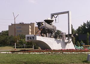 Engels, Saratov Oblast - A monument to the coat of arms of Engels