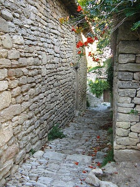 File:Escalier caladé à Saignon.jpg