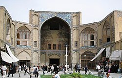 https://upload.wikimedia.org/wikipedia/commons/thumb/7/7a/Esfahan_bazaar_entrance.jpg/250px-Esfahan_bazaar_entrance.jpg