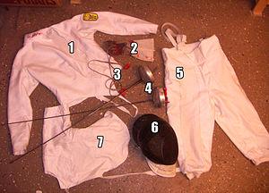 Equipamento de esgrima: 1 - Jaqueta; 2 - Luvas; 3 - Fios eléctricos; 4 - Armas;  5 - Calça; 6 - Máscara; 7 - Plastrom