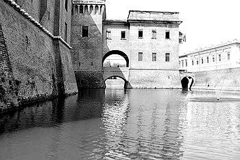 Fossato del Castello Estense.JPG