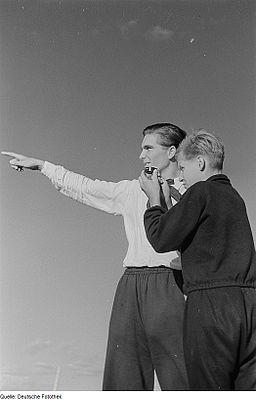 Fotothek df roe-neg 0006340 019 Zwei Junge Männer mit Kompass