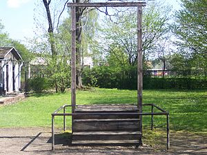 qui est cet homme? - Page 3 300px-Gallows_on_which_Rudolf_Hoess_was_executed_-_Auschwitz_I