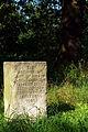 Gedenkstein für den Reinecke-Hof zwischen alten Eichen Laher Berg Laher-Feld-Straße Hannover Stadtfriedhof Lahe.jpg