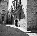 Geestelijke man wandelt door een straat, Bestanddeelnr 254-0819.jpg