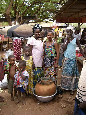 Pot-in-pot refrigerator - Female vegetable sellers with clay pot cooler on the market in Ouahigouya, Burkina Faso