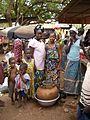 Gemüseverkäuferinnen mit Tonkrugkühler, Female vegetable sellers with clay pot cooler, vendeuses des légumes avec un canari frigo, Ouahigouya, Burkina Faso.JPG