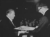 Gerrit Rietveld en Jo van den Broek (1964).jpg