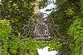 Grafenstein Schloss 1 Schlosseinfahrt schmiedeeisernes Wappen der Orsini-Rosenberg 26072018 6032.jpg
