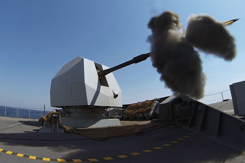 المدافع البحرية للسفن الحربية  1024px-HMS_DEFENDER_fires_her_4.5_inch_Mk_8_Mod_1_naval_gun_MOD_45157963