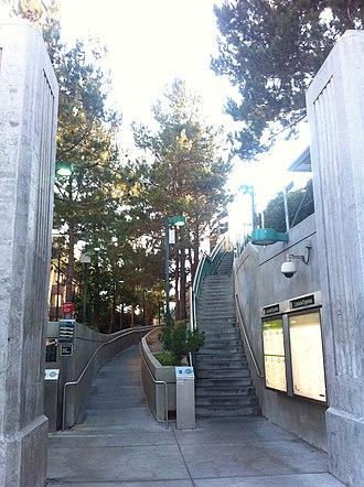 Lincoln/Cypress station - Station entrance.
