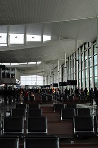 Hala odlotów terminalu T2 lotniska we Wrocławiu.jpg