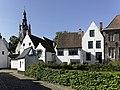Het begijnhof van Kortrijk met op de achtergrond de Sint-Martinuskerk - 375842 - onroerenderfgoed.jpg