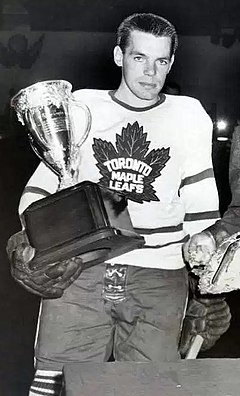 Meeker (links) erhält die Calder Memorial Trophy, 1947.