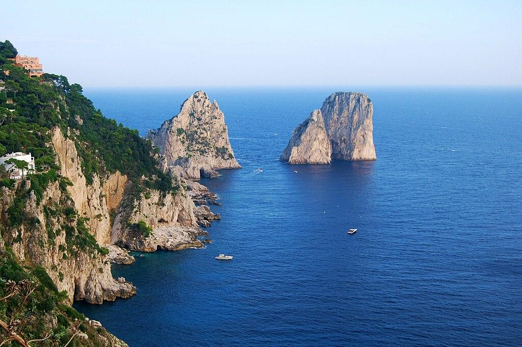 Les faraglioni de Capri, célèbres formations rocheuses de l'île.