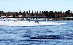 Ice fishing Oulu 20090405.JPG