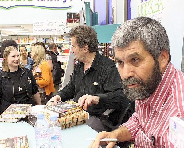 Вместе со своим постоянным соавтором, художником Александром Окунем на презентации, июль 2009