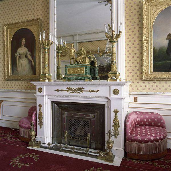 File interieur overzicht van de schouw met spiegel in de for Corps interieur