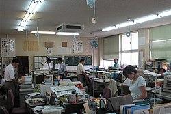 ห้องพักครูของโรงเรียนมัธยมต้นโอะนิสุกะ จังหวัดซะงะ ญี่ปุ่น