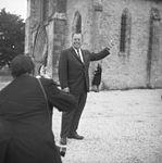 John Steele (parachutiste) retourne à l'église où il fut accroché au clocher durant la nuit du 5 juin 1944.jpg
